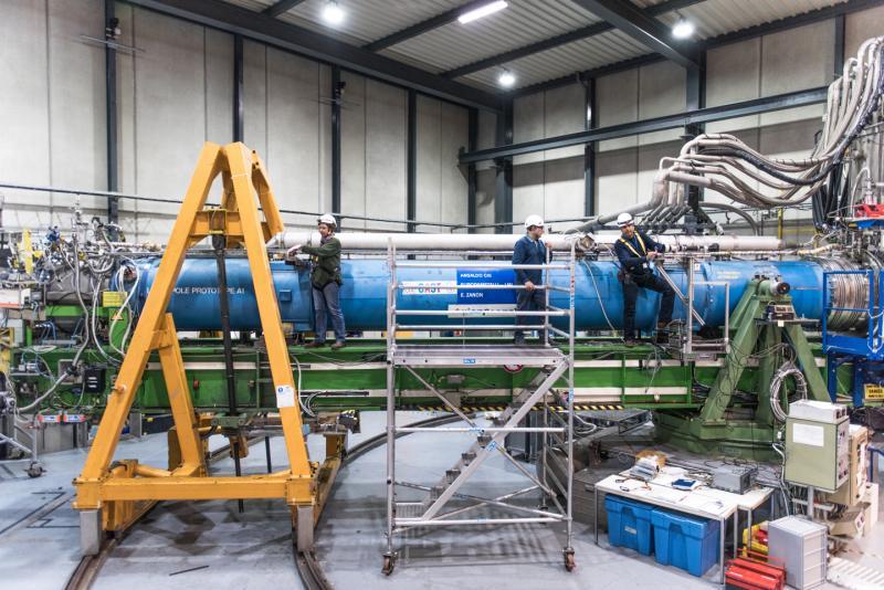 eec3f5a81e7 Pesquisadores e membros da colaboração CAST instalam seus equipamentos para  alinhar o telescópio com a posição do Sol. (Imagem  Sophia Bennett CERN)